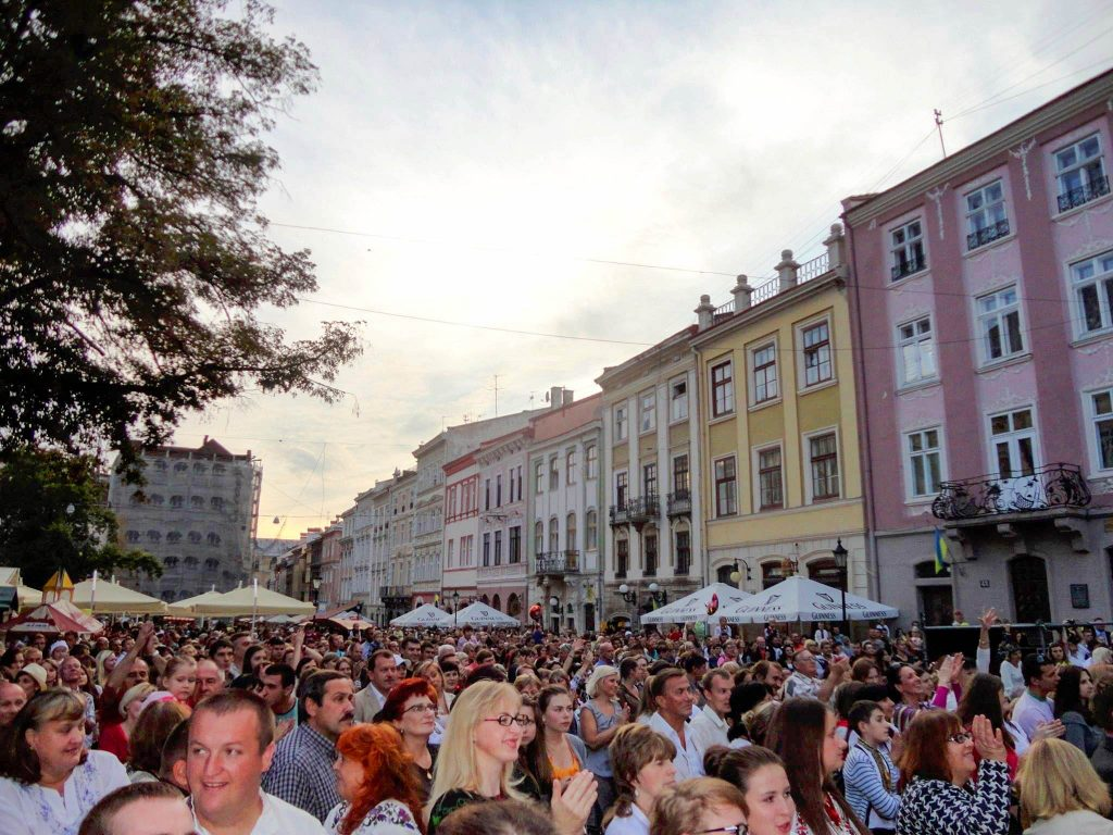 The crowd in Rynok Square on Independence Day 2013